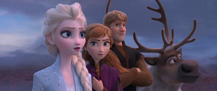 Review Frozen 2 (2019): Elsa (Idina Menzel), Anna (Kristen Bell), Kristoff (Jonathan Groff), and Sven